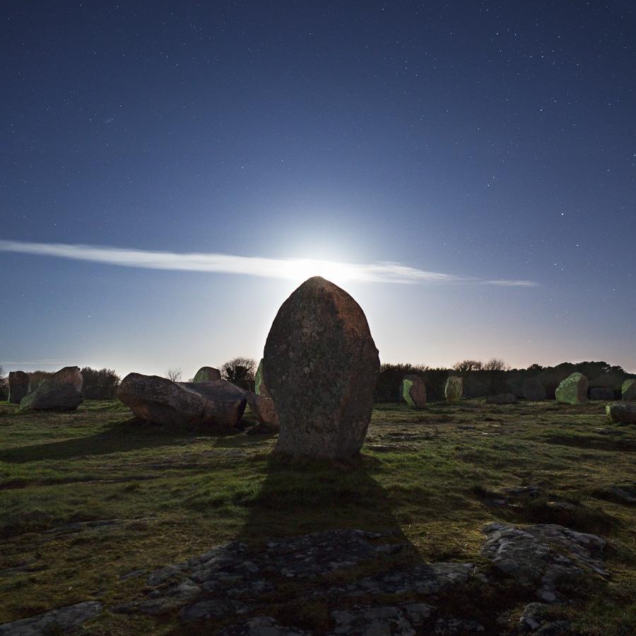 """Carnac : Menhir en """"contre-nuit"""""""