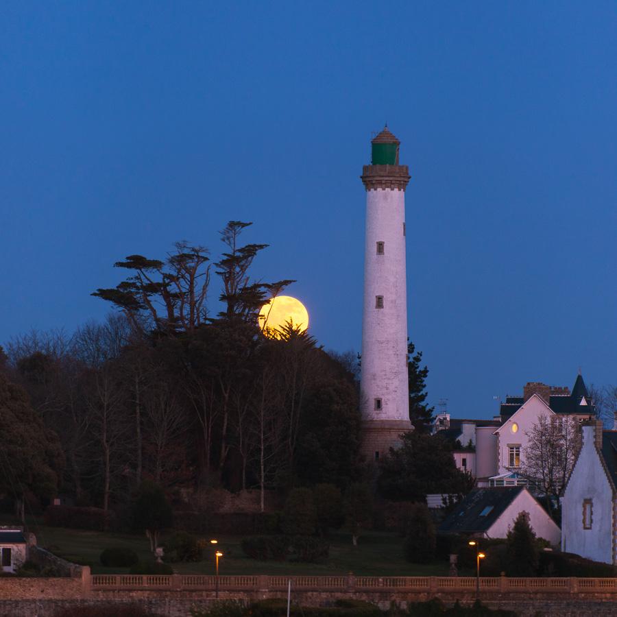 Bénodet : La Pleine Lune au pied du phare