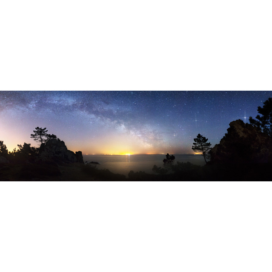 Morgat : Voie lactée au-dessus du halo de Douarnenez