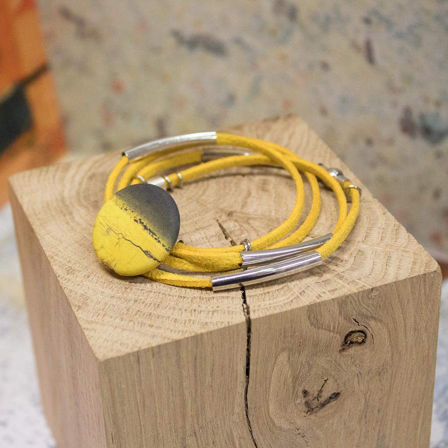 Bracelet en suédine jaune, 4 tours, fermoir aimanté.