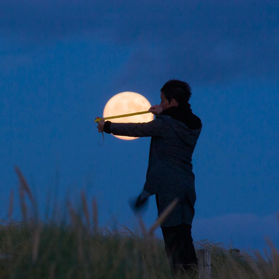 "Photo ""Sabine mesure la Lune"""