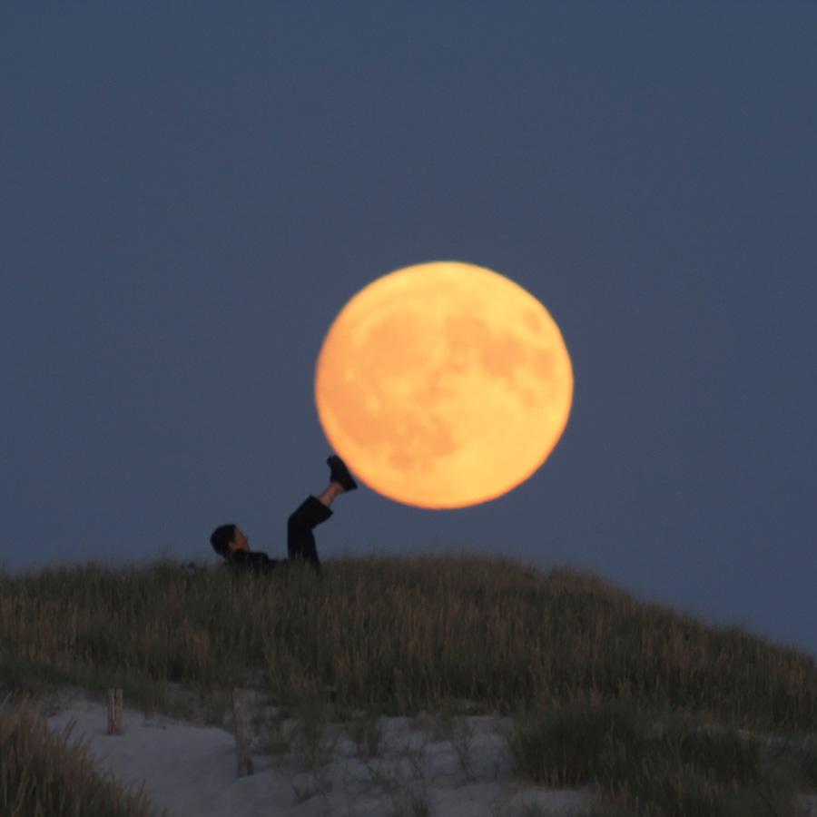 """Photo """"Sabine porte la Lune avec ses pieds"""""""