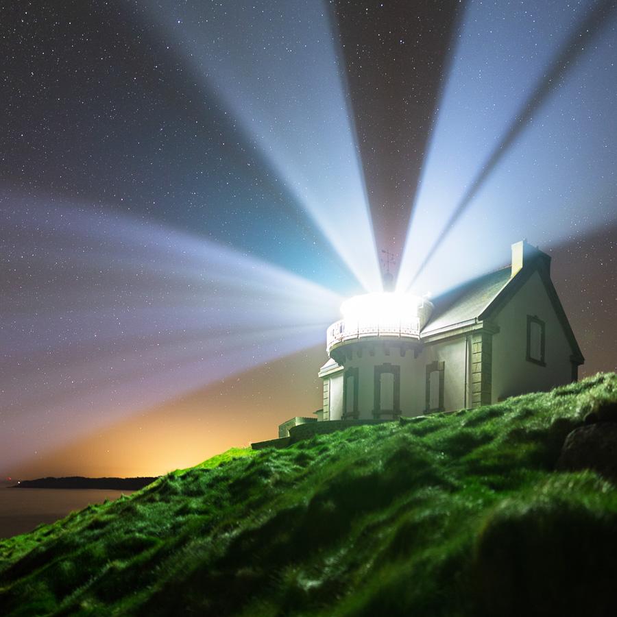 Pointe du Millier : Le feu du Millier sous les étoiles