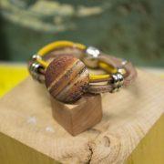Bracelet 3 cordons (1 jaune, 2 caramel) et perles métalliques, boule aimanté argenté