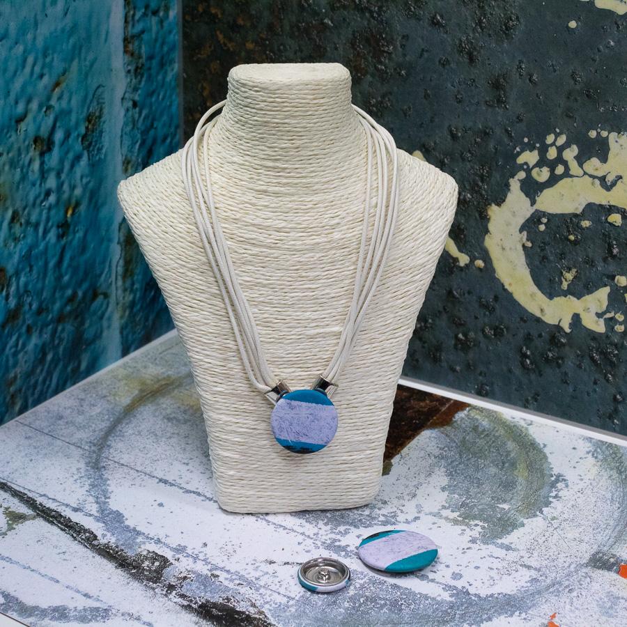 Collier composé de plusieurs cordons blanc avec fermoir aimanté sur le devant