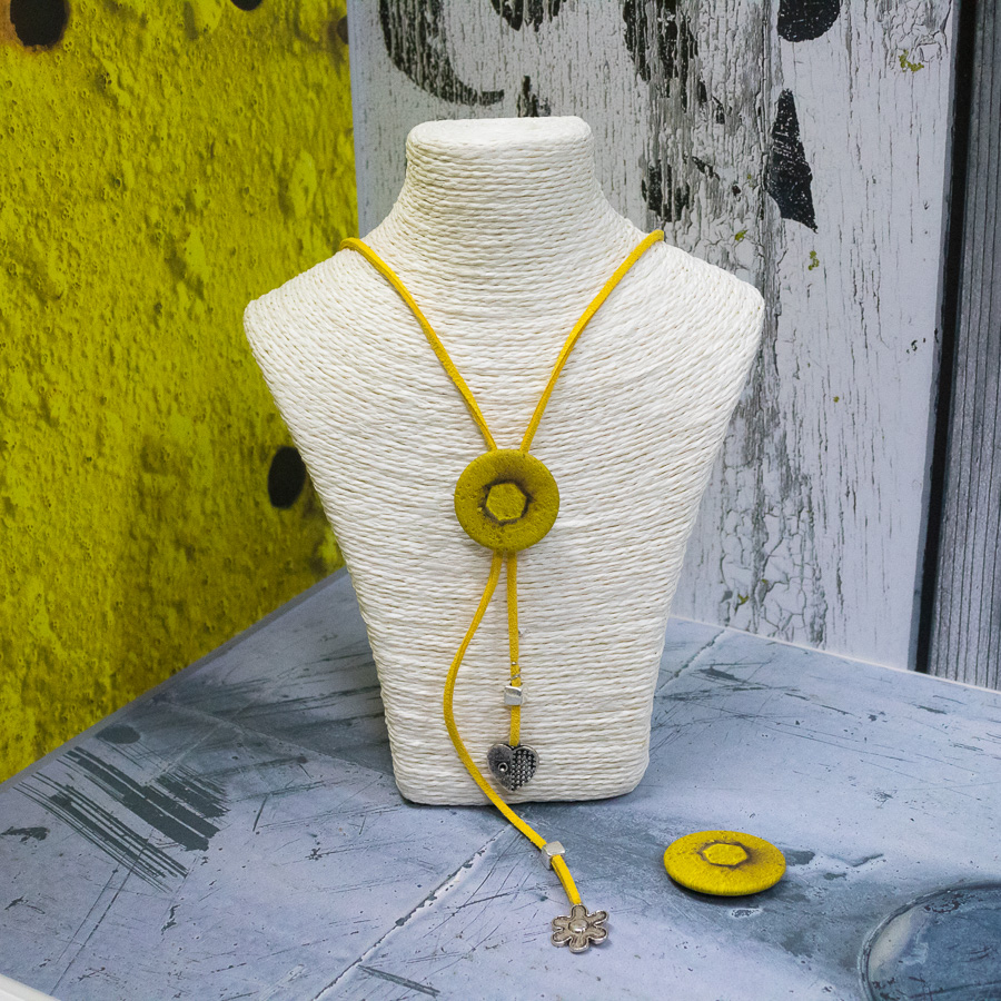 Collier cravate réglable en suédine jaune