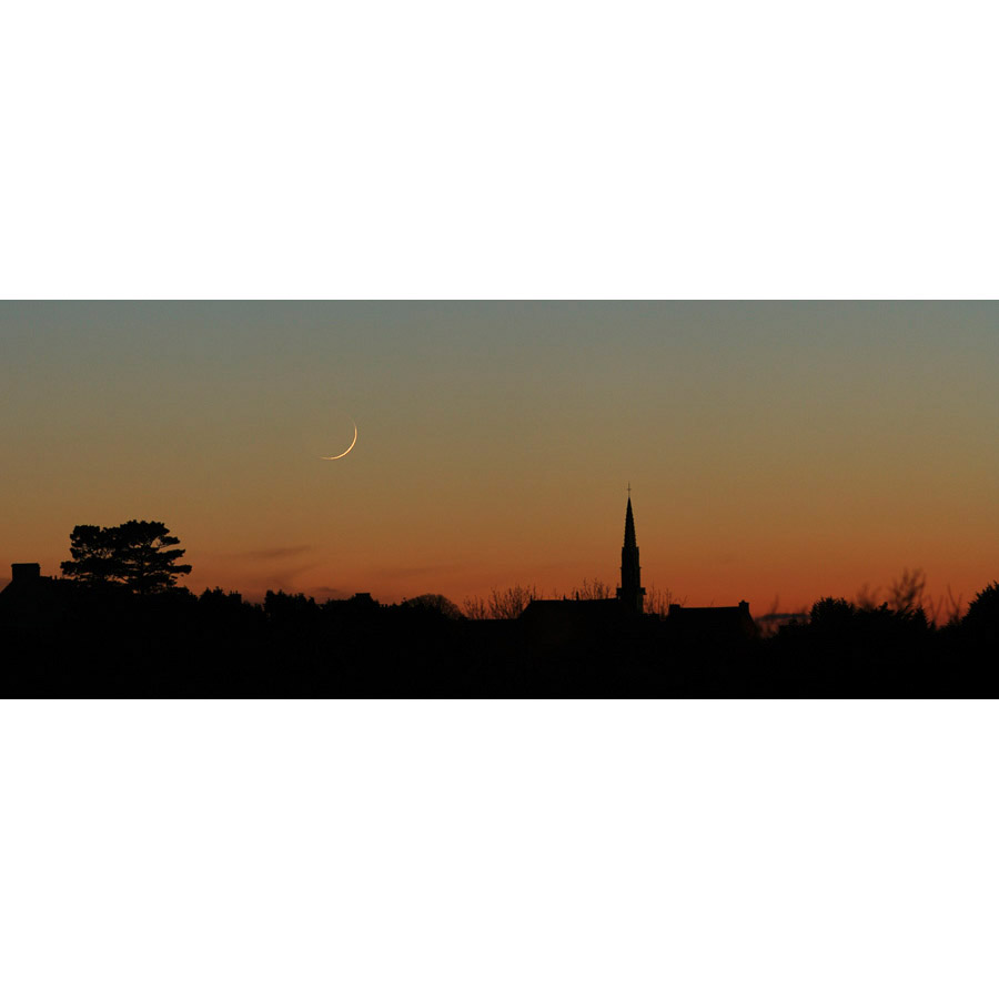 Rosnoën : Un croissant de Lune aux côtés du clocher
