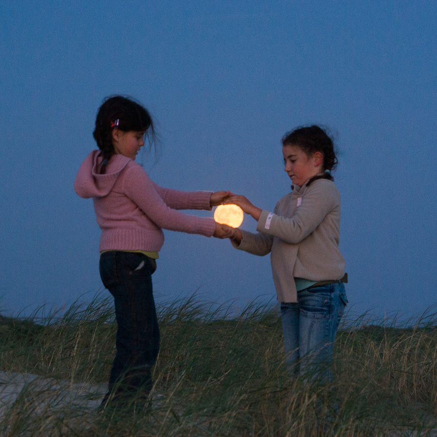 "Photo ""Deux enfants attrapent la Lune"""