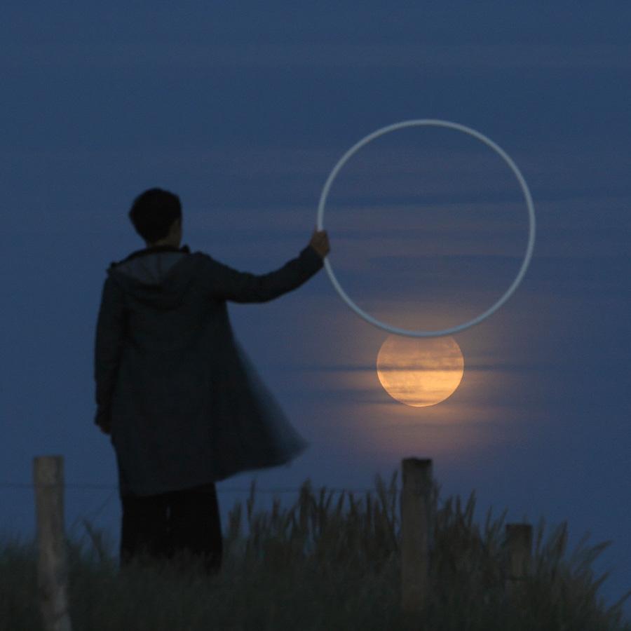 """Photo """"Un cerceau pour matérialiser l'ombre de la Terre"""""""