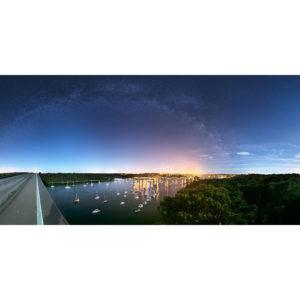 Vue depuis le pont de Cornouaille qui enjambe l'Odet, la vue sur Bénodet et Sainte-Marine est superbe. Mais le port de Bénodet très éclairé est difficile à gérer. De nuit, il faut compter sur l'aide de la Lune (en Quartier à droite) et sur une sous-exposition au niveau des parties les plus brillantes du paysage. Ainsi, la Voie lactée est bien visible. Mars est l'astre très brillant juste à gauche de Bénodet.