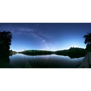 Installé sur la cale de Rossulien de nuit, je profite du spectacle qui s'offre à moi. Les eaux de l'Odet s'écoulent calmement et permettent à la Voie lactée, bien visible dans un ciel bleuté par la Lune qui se couche à droite, de se refléter. Trois planètes sont visible : Mars à droite de la balise, Saturne au coeur de la Voie lactée et Jupiter à droite des Vire-court, juste au-dessus de l'horizon.