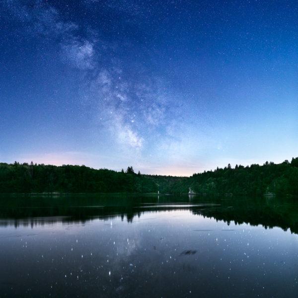 La Voie lactée semble émaner du passage étroit des Vire-court. L'odet qui s'écoule paisiblement devient un miroir où se reflètent la lueur de la Voie lactée et les plus brillantes étoiles.