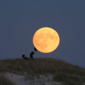"""Photo à encadrer Jeux lunaires """"Sabine pousse la Lune avec les pieds"""""""