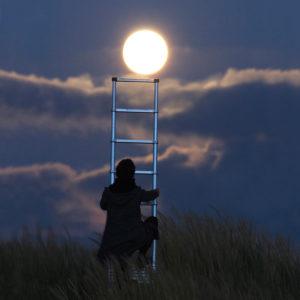 """Photo à encadrer Jeux lunaires """"Monter sur la Lune avec une échelle"""""""