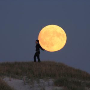 """Photo à encadrer Jeux lunaires """"Sabine porte la Lune sur son dos"""""""
