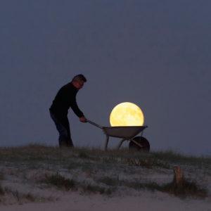 """Photo à encadrer Jeux lunaires """"Michel porte la Lune dans une brouette"""""""