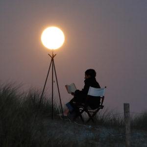 """Photo à encadrer Jeux lunaires """"Sabine lit à la lueur de la Lune"""""""