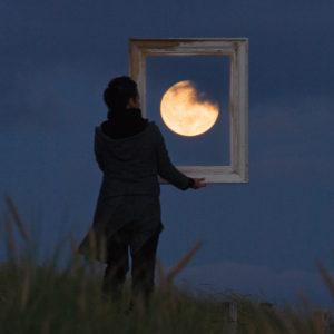 """Photo à encadrer Jeux lunaires """"Sabine encadre la Lune"""""""