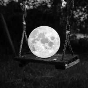 """Photo à encadrer Lune sous un nouveau jour """"La Lune sur une balançoire"""""""