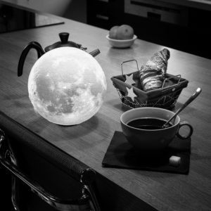"""Photo à encadrer Lune sous un nouveau jour """"La Lune au petit-déjeuner"""""""