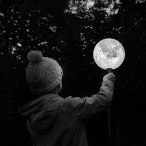 """Photo à encadrer Lune sous un nouveau jour """"Un enfant tient la Lune"""""""